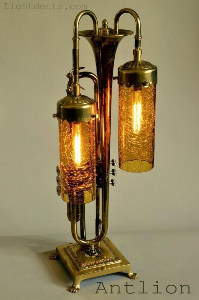 Художник Слава Королев превращает старые музыкальные инструменты в светильники
