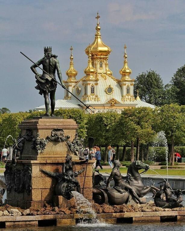 15 августа 1723 года состоялось торжественное открытие Петергофа - летней резиденции русских императоров...