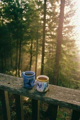 Наливать кофе по утрам в две кружки — это привычка счастливых...