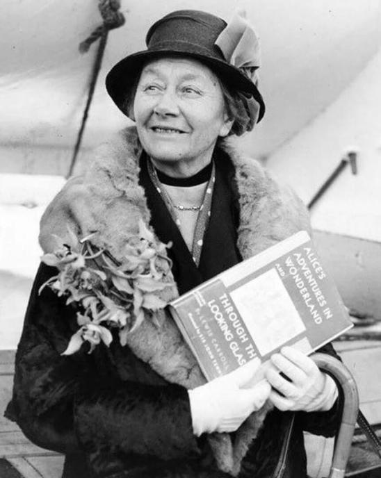 Алиса Харгривс ( Лидделл ), Белая Королева Зазеркалья