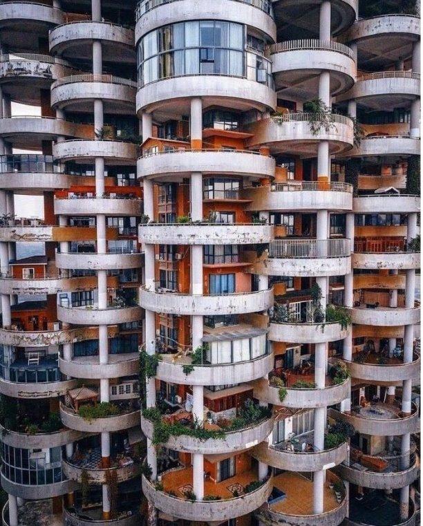 Это жилые квартиры и частные дома, расположенные на… балконах. Китай